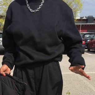 En helt svart sweater som har en text på baksidan🥰💖🦋