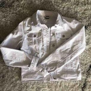 Jättefin vit jeansjacka från Vero Moda, strl XS!