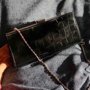 Väska som jag fick i julklapp 2018. Vet ej märket, super trendig och snygg men aldrig använd då de inte funnits något tillfälle! Så tänker att någon annan hade använd väskan mer, eftersom den är så fin!