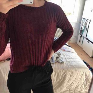 Burgundy färgad stickat tröja från brave soul. Någon slitning vid halsringen och ärmen (syns på bilden). Lite längre i bak och en liten slits på varje sida. Väldigt skön! Köpare står för frakt :)