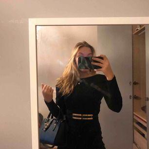 Svart klänning med öppning i ryggen. Jätte stretchig och skönt material. Aldrig använd då jag har dubbletter.