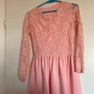 Rosa klänning strechig med ros sprets, använd en gång