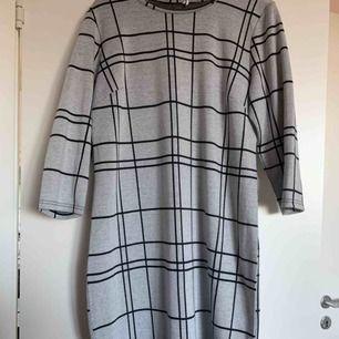 Rutig klänning använd endast en gång, kan användas av mindre än XL då man kan ha skärp i midjan o de blir jätte fint