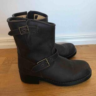 Mörkbruna boots i skinn med sula av gummi. Guldiga spännen. Modellen heter Stina mid High och kostar 1400kr i nypris. Bra skick, sparsamt använda en höst.