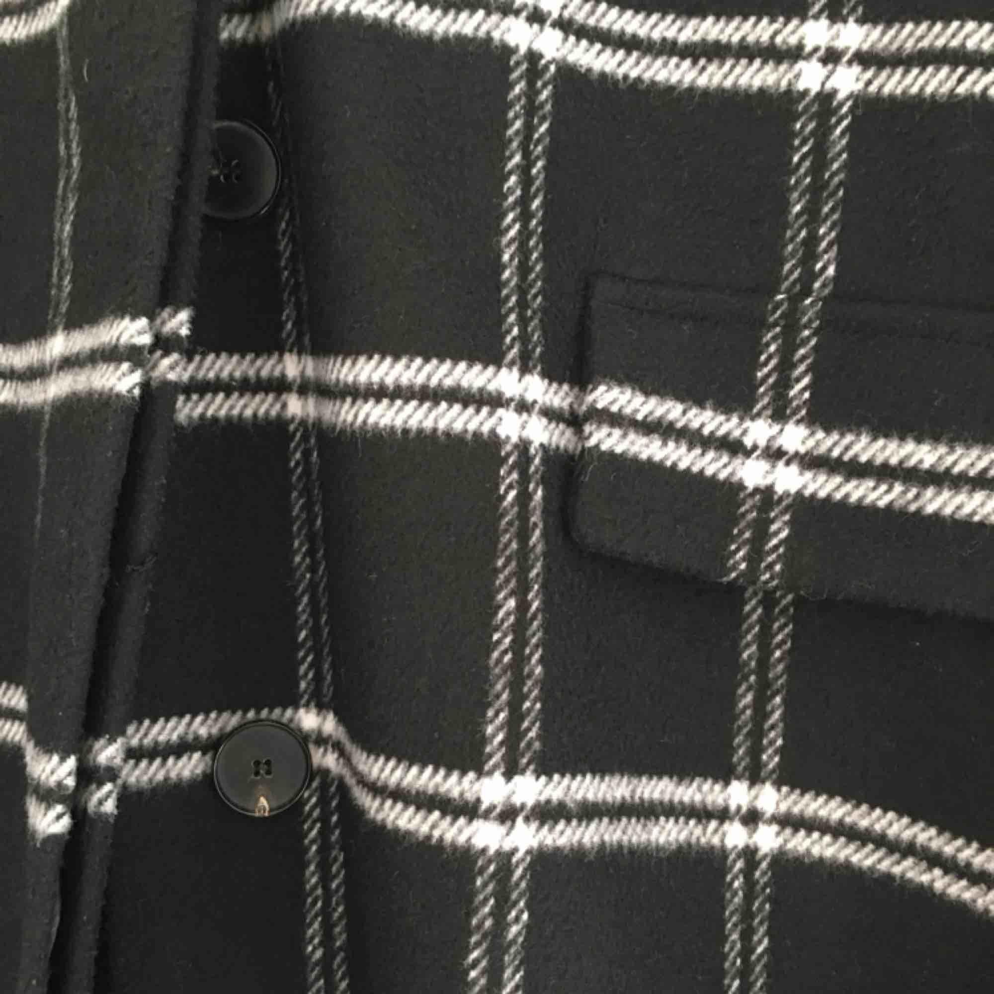 Lång, oversized kappa från mango! den har ett litet håll på insidan av vänstra fickan, annars i bra skick! möts gärna upp i Malmö, annars står köparen för frakt :) . Jackor.