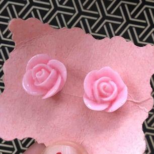 Rosa ros-örhängen i plast.   (っ◔◡◔)っMÅTT: 1,5cm.