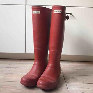 Röda gummistövlar från Hunter • perfekta till hösten! • kan behöva en liten uppsnyggning, i övrigt bra skick • i storlek 39 • kan mötas upp i centrala Malmö, annars tillkommer frakt💫