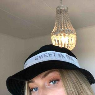 En skitsnygg bucket hat från sweet sktbs som bara har använts 1 gång!! Inköpspris 349 kr. Kan fraktas för 40kr.
