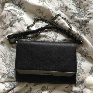 Säljer denna lilla fina väska som jag ej kommer ihåg vart den är köpt, säljer pga att jag har köpt en ny jag gillar mer, köparen står för frakt !