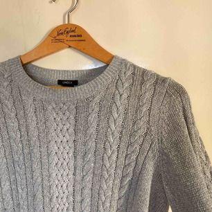 Stickad grå tröja ifrån Lindex. Säljer då den inte längre kommer till användning💓 mysig nu till hösten eller vintern!