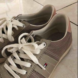 Tommy Hilfiger skor i strl 36 Originalpris: 1000kr Använd en gång, i princip i nyskick
