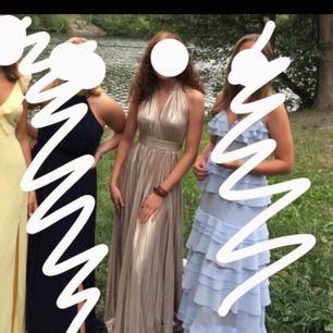 Intressekoll på min balklänning💕 En otroligt fin ljus-guldig klänning. Passar som bäst om man är 165-170, är man kortare kan man alltid sy upp!👍🏽 Skicket är superbra, inget spillt på och den är i superbra skick!👍🏽