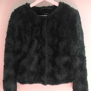 En sjukt snygg faux-fur-jacka från Vero Moda i en mörkgrön färg. Säljer pga har alldeles för mycket jackor. Har använts under hösten år 2018 annars näst intill oanvänd. (Köparen står för frakten)