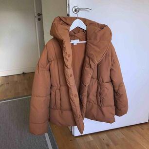 Superfin och varm jacka från H&M, knappt använd! Säljes pga att den inte kommer till användning. Köpare står för frakt💘