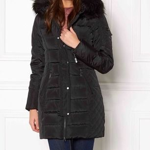 Jätte fin vinterjacka från roco baroco med svart fusk päls. Endast använd en halv vinter och är i nytt skick. Sälj pga att jag har en ny vinterjacka och ej har användning för denna. ❗️pris kan diskuteras❗️