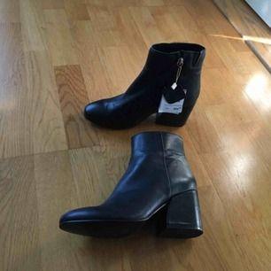 Säljer dessa helt nya, ÄKTA läder boots. Köpt på Pull & Bear. Storlek- 36 dock är dom lite större i storlek så passar möjligtvis en liten 37.