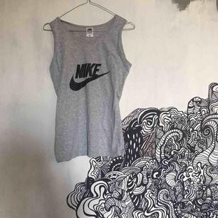 Fake Nike från Fruit of the Loom, dock inget som syns när linnet är på. Perfekt skick🥳 frakt tillkommer