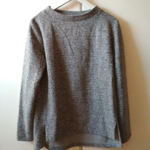 Supermjuk grå tjocktröja från okänt märke. Träffas i Stockholm eller skickar via post! (Priset inkluderar ej postkostnader)