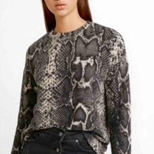 Snygg och mysig snake tröja. Jätteskönt materialt som är perfekt för hösten.