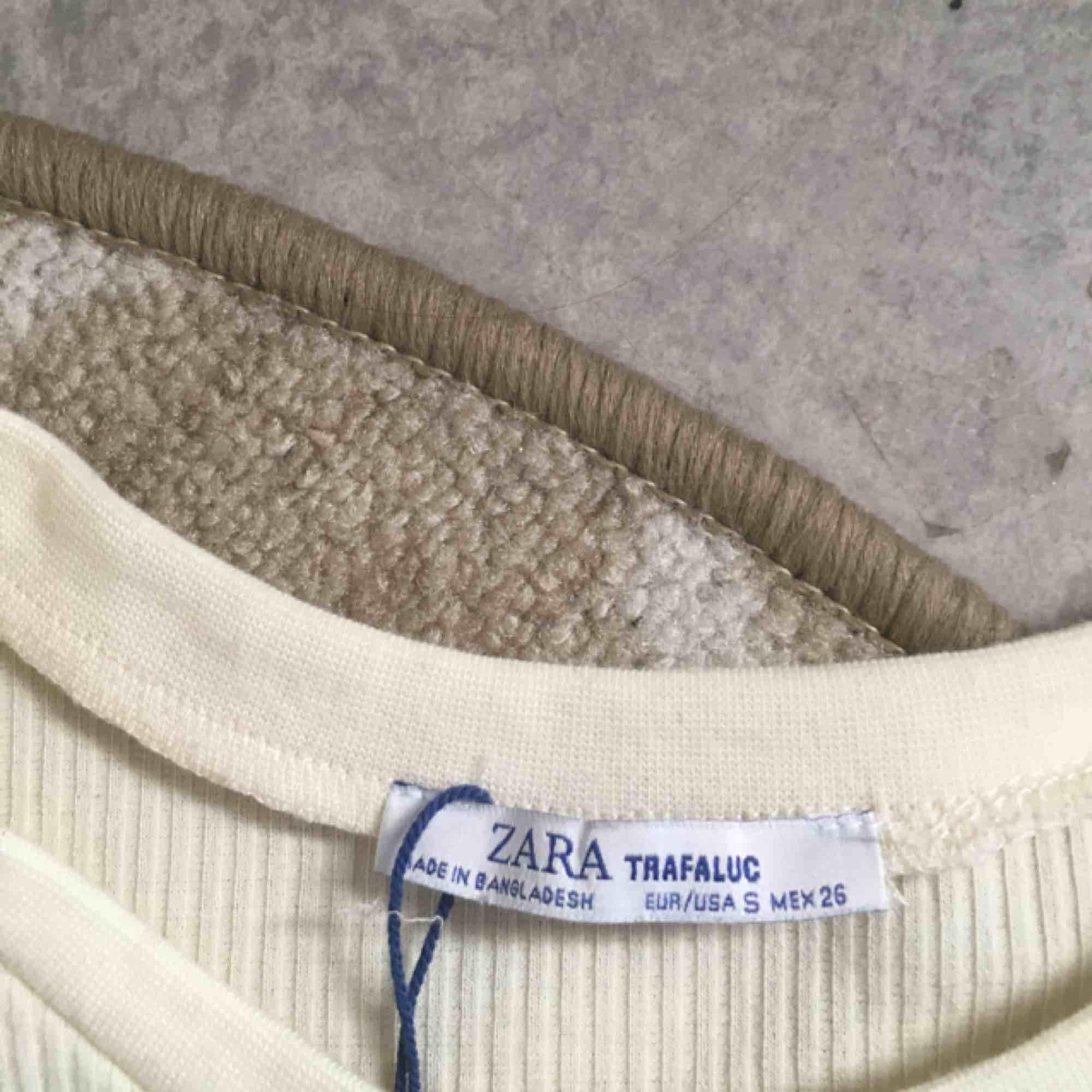Ribbad tight t-shirt från zaras trf kollektion💕💕💕💕 i en beige färg. Toppar.
