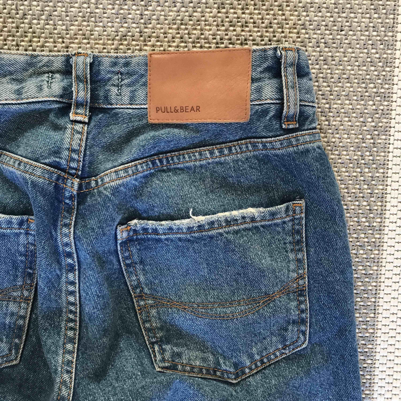 Boyfriendjeans från pull and bear. Köpare står för frakt💘. Jeans & Byxor.