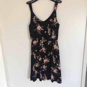 Jättesöt klänning med blommigt mönster som jag av någon anledning inte använder och tycker då den ska få komma till en ny ägare. Priset är inklusive frakt!