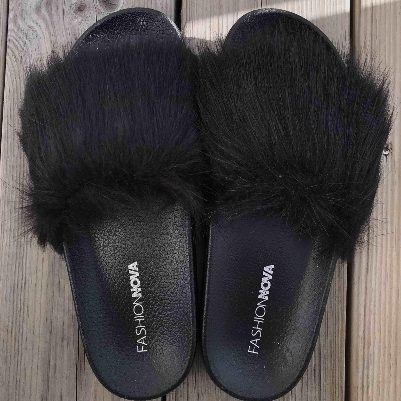 Helt nya svarta fake päls tofflor från fashionnova😍 Har aldrig använt pågrund av storleken, för små för mig. . Skor.