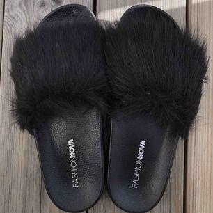 Helt nya svarta fake päls tofflor från fashionnova😍 Har aldrig använt pågrund av storleken, för små för mig.