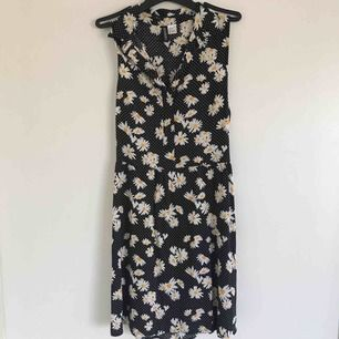 Söt blommig klänning med krage och en liten öppning i ryggen. Den har använt lite och är i fint skick! Priset är inklusive frakt.