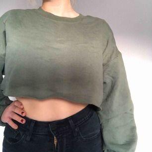 En militärgrön väldigt croppad sweatshirt. Köpt på Pretty little thing för några år sedan. Använd men i väldigt fint skick! Som ni kan se på bilderna slutar den strax under bysten :))