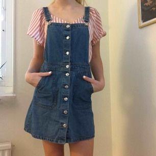 Jättesöt hängselklänning från H&M som man kan ha till allt! Den har använts flitigt av mig, men är fortfarande i fint skick.