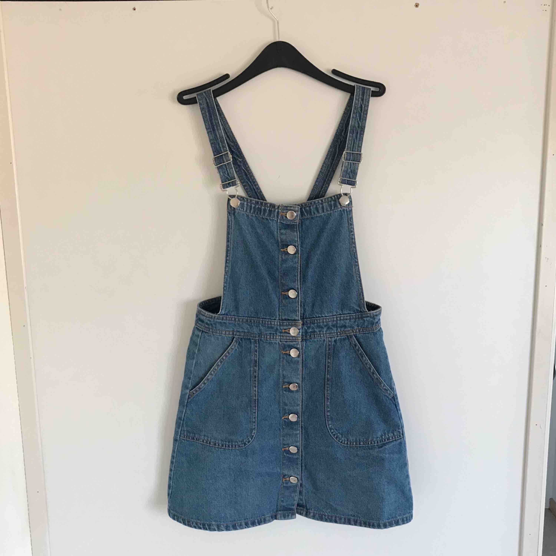 Jättesöt hängselklänning från H&M som man kan ha till allt! Den har använts flitigt av mig, men är fortfarande i fint skick. . Klänningar.