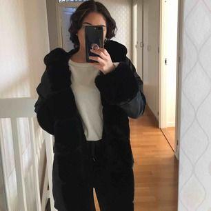 En superfin svart JasmineParkas jacka i Fake päls😍 Helt ny och aldrig använt pågrund av att den är för stor för mig:(