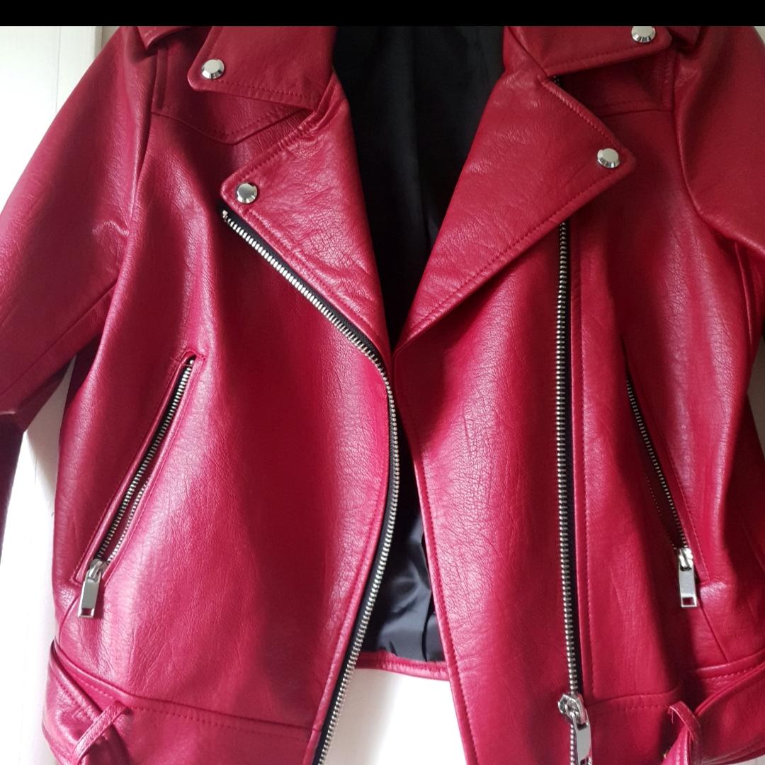 VÄRLDENS snyggaste skinnjacka. Köpt från ZARA för 799kr (om jag minns rätt) ⭐ Använd till 2 tillfällen endast 🌸 Säljer då jag har för mycket kläder! . Jackor.