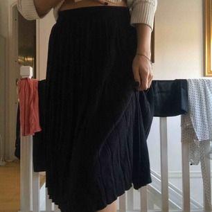 Jättefin stickad kjol som är snygg nu till hösten/vintern. Säljs pga för kort för mig (173). Helt oanvänd lapp sitter kvar. Köparen står för frakt 64kr beroende på spårbar eller inte🌸🌸🌸 märket är vero Moda.