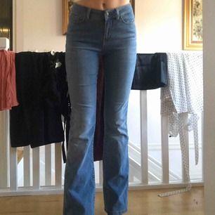 Säljer dessa bootcut jeans från vero Moda. Fint skicka använda några gånger. Säljer pga för korta. Köparen står för frakt 64kr beroende på spårbar eller inte🌸🌸🌸
