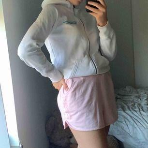 Ett par jättefina mjukis short från märket Svea. Mycket bra skick så jag inte använder för jag har andra mjukis shorts. Väldigt stor i storleken så en M och kanske till och med L hade passat med dessa shorts