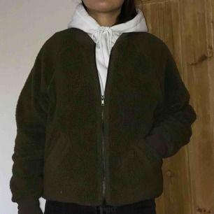 Skön mörkgrön fleece från Monki i XS. Köparen står för frakt.