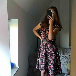 En helt oanvänd blommig klänning, verkligen i gott skick och mycket bekväm. Storleken är väldigt stor då jag själv är en M, har även ett skärp i midjan. Slutar precis över knäna. Frakt står man för själv.🌸🌸