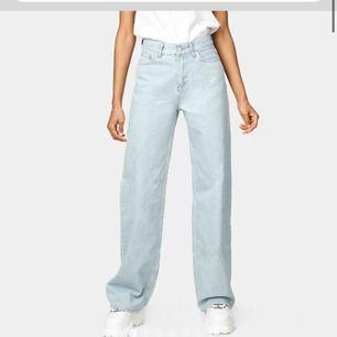 säljer dessa snygga jeans från junkyard. Dem är klippta nertill och ena knät. Finns en svart liten fläck men inget man reflekterar över Passar xs eller en mindre S. Frakten är inräknad i priset.