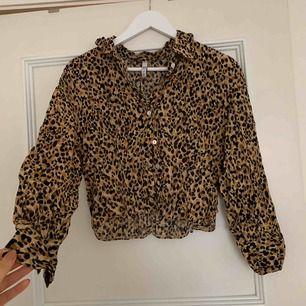 Blus med leopardtryck från Zara, aldrig använd. 🌾 Köpare står för frakt