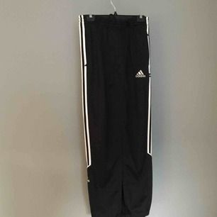 Adidasbyxor som är omsydda till en långkjol. Slits frampå och snörning i midjan, så kan passa mindre storlekar också, då blir det lite veckat upptill.