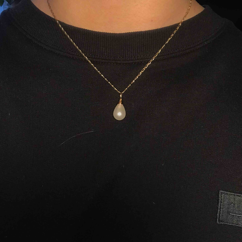 Mycket fint halsband från nakd💞 guldig kedja med en droppformad pärlberlock. Säljer pga ingen användning😢 20kr inkl frakt <3. Accessoarer.