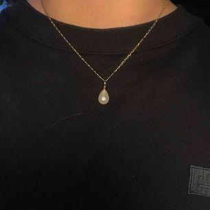 Mycket fint halsband från nakd💞 guldig kedja med en droppformad pärlberlock. Säljer pga ingen användning😢 20kr inkl frakt <3