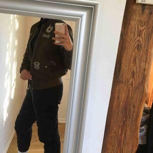 Bomberjacka med stickers i en camouflage grön färg! Jackan har en liten reva i ryggen (inte något som syns) men annars är den i bra skick🤩  Säljes för bara 50kr +59kr frakt
