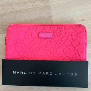 Marc by Marc Jacobs macbook fodral i rosa! Skit snygg, lite sliten dock på dragkedjan. Swish och frakt❤️