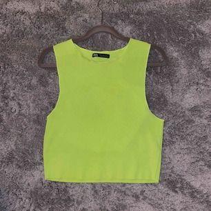 Neon grönt ribbat linne från zara, kommer aldrig till användning. Mycket bra skick 💗💗