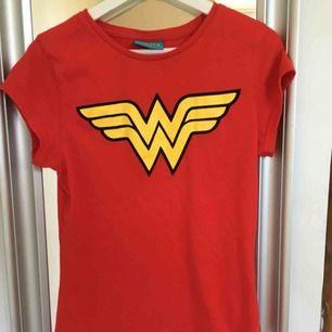 Röd wonder woman t-shirt säljes för 50kr +59kr frakt