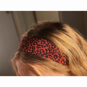 Jag säljer handsydda unika hårband. Jag har 16 olika tyger och i nacken kan man välja mellan antingen svart eller vitt resårband. -45 kr st (+9 kr frakt) 😊