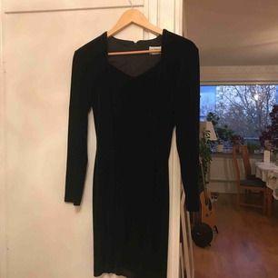 Vacker sammetsklänning inköpt second hand. Svinsnygg passform. Passar mig i storlek S-M. Superfin! 😍 endast använd av mig 1 gång.